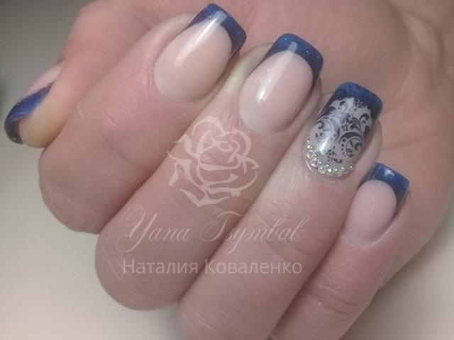 Коррекция гелевых ногтей выкладной френч синего цвета стемпинг