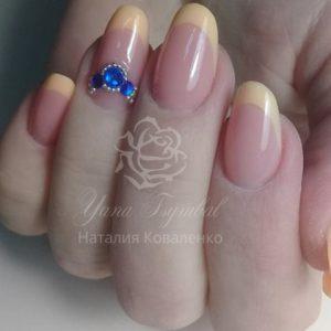 Коррекция ногтей гелем выкладной френч персикового цвета с инкрустацией