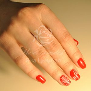 Маникюр с покрытием гель-лаком красного цвета с зимним дизайном