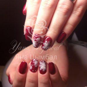 Маникюр с покрытием гель-лаком вишневого цвета со снежинками