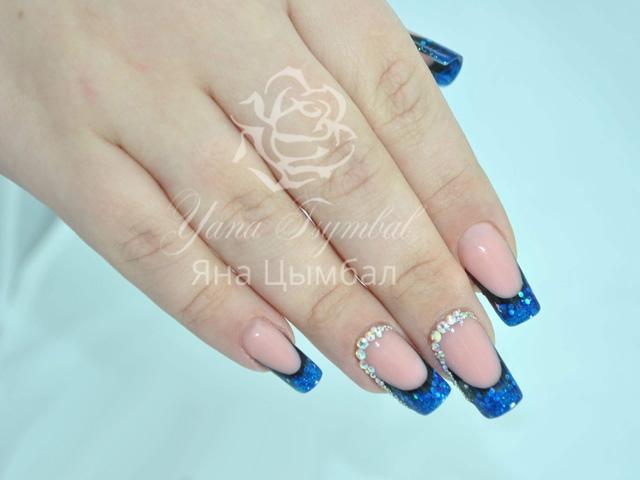 Фото Наращивание ногтей гелем фан френч синий с инкрустацией