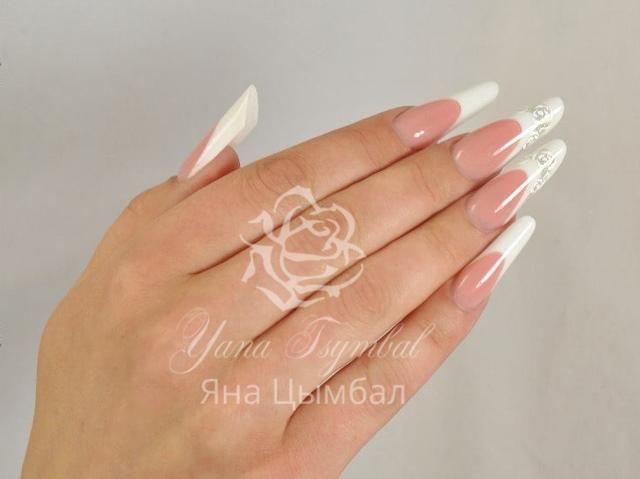 Наращивание ногтей гелем современный миндаль с тройной линией улыбки
